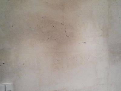 Ściana z surowego trawertynu