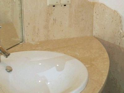 Blat marmurowy i trawertyn na ścianie