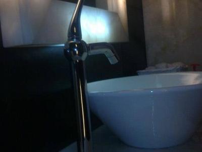 Zabudowa łazienki. Rama lustra i blat z onyksu