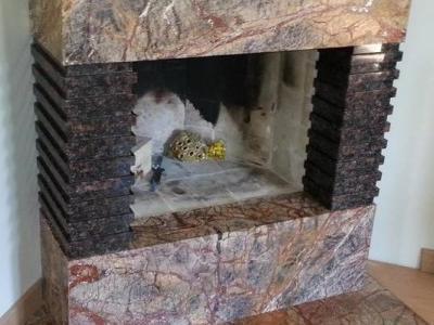 Kominek obudowany marmurem i granitem