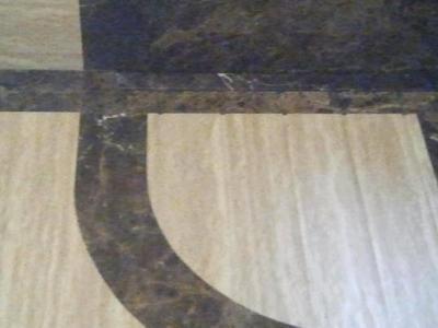 Marmur i trawertyn w łazience – brodzik