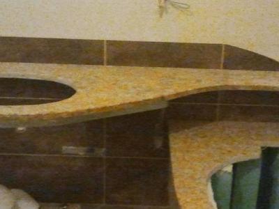 Granitowa zabudowa wanny i umywalki