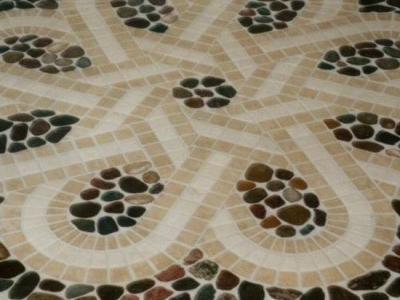 Polne kamienie, marmur, trawertyn i sporo pracy – podłoga w salonie