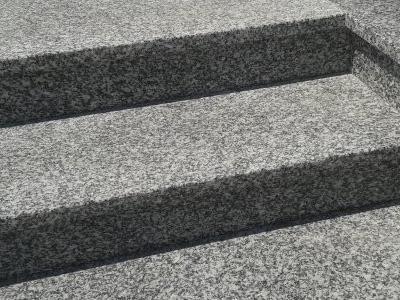 Fragment schodów granitowych