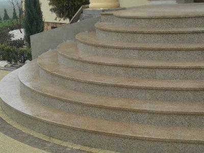 Schody granitowe. Granit oczywiście w wersji promieniowanej by na zewnątrz można było po nim bezpiecznie chodzić